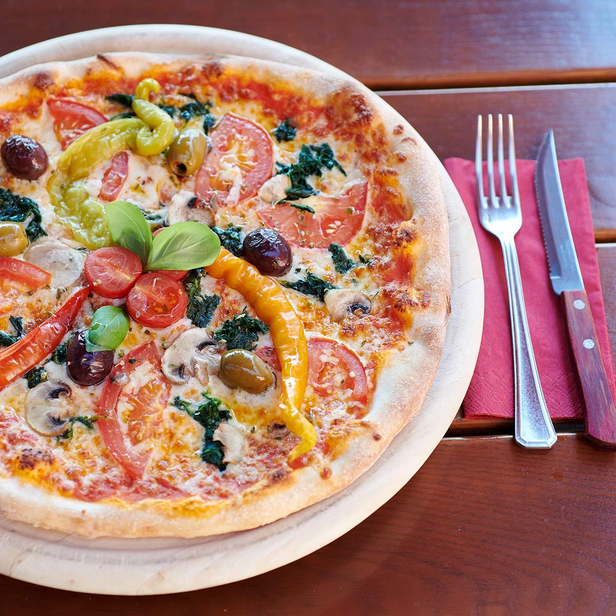 knusprige Pizza im Gastgarten